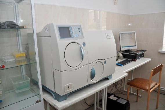 Бактеріологічний аналізатор  VITEK 2 Compасt 15 дає можливість ідентифікації збудника та  провести підбір чутливості до антибіотика